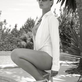 naakt shoot model ibiza spanje met zonnebril
